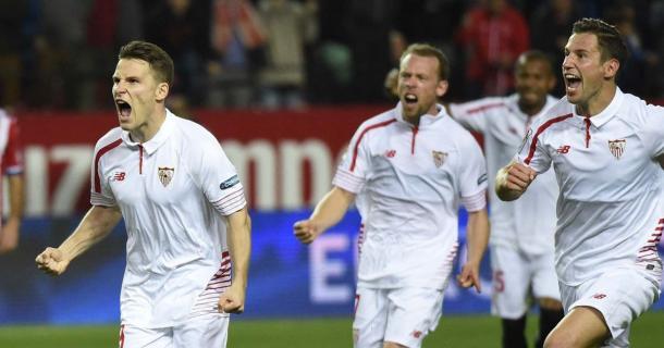 Gameiro festeggia uno dei due gol che hanno dato al Siviglia la vittoria nell'ultimo scontro. Fonte: foxsports.it
