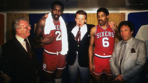 Moses Malone y Julius Erving. Foto: NBA.com