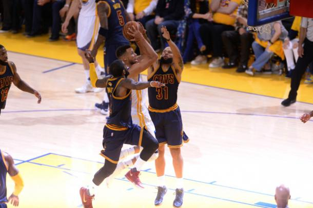 Nba Finals, Golden State sul 2-0: Durant e Curry stendono i Cavs