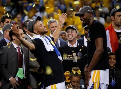 Curry celebra con Durant tras ganar la NBA / Foto: Mercurynews.com