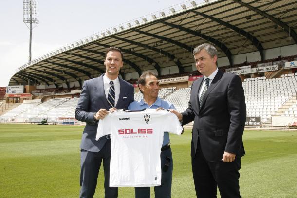 Víctor Varela posando con la equipación del club / Foto: albacetebalompie.es