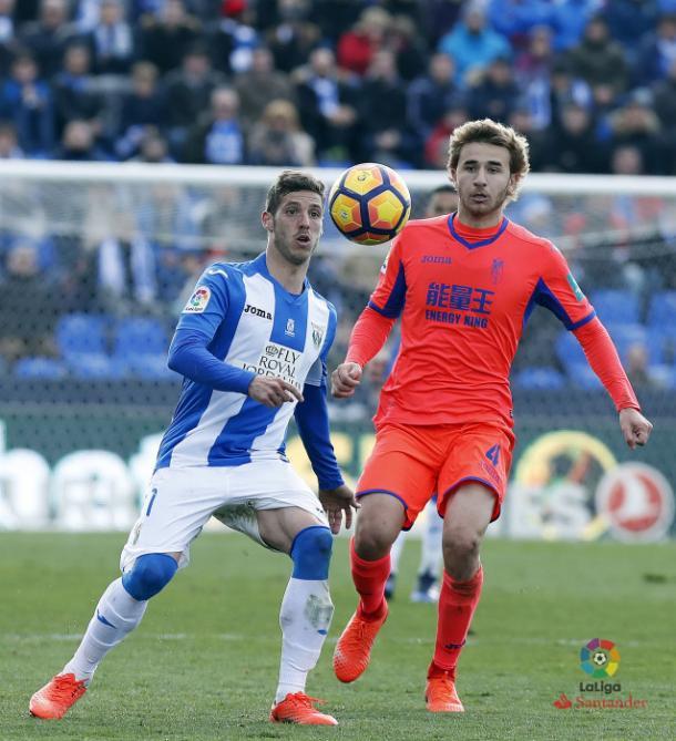 Samper disputa un balón con Rubén Pérez. (Foto: LFP)