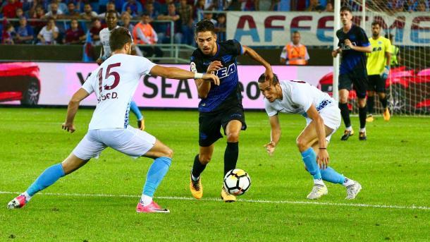 Sobrino intenta regatear a un rival. / Foto: Deportivo Alavés