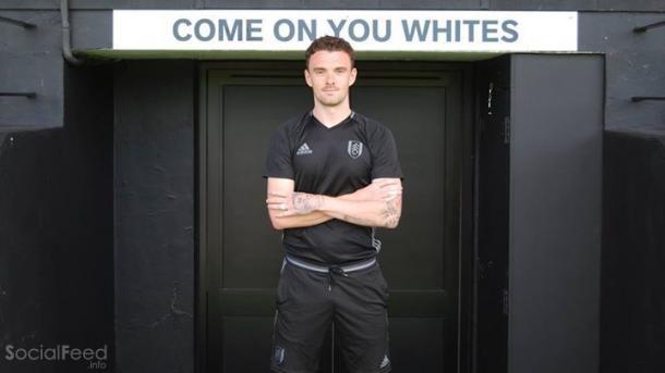 Malone posando con los colores del Fulham. Foto: Fulham