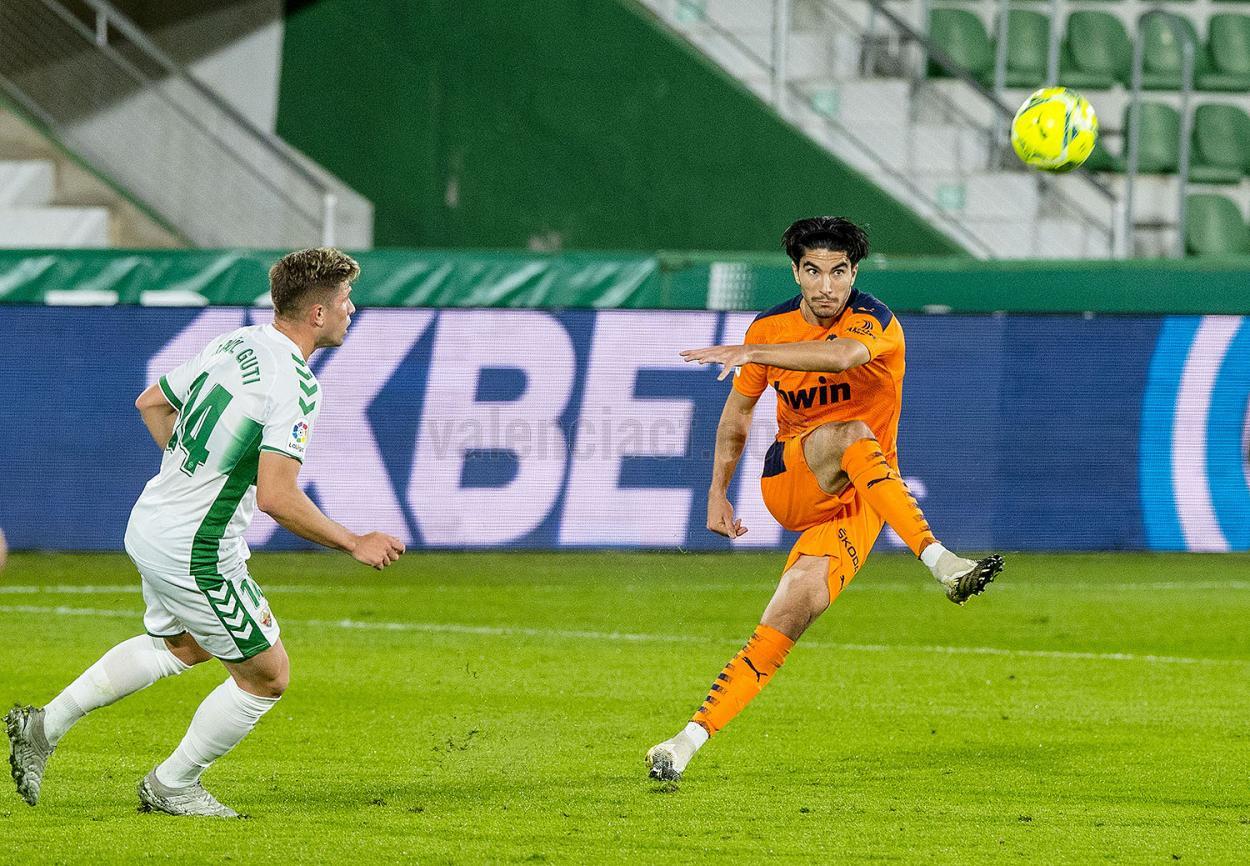 Soler centrando en su partido frente al Elche.  Foto: Valencia CF