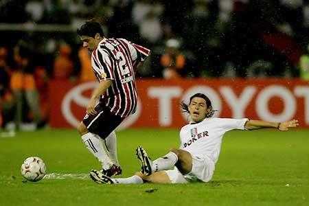 Cicinho de Sao Paulo controla el balón ante la marca de Elkin Soto del Once Caldas. Tomada de terra.com