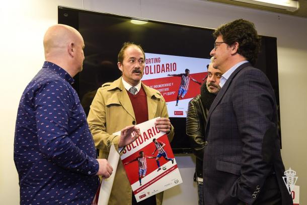 Víctor Sánchez, Fernando Losada y el actor asturiano Alberto Rodríguez en la presentación de `Sporting Solidario´ // Imagen: Sporting de Gijón