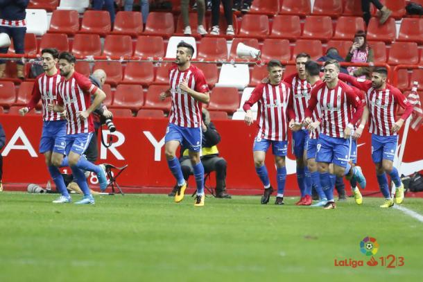 Los jugadores del Sporting vuelven a sus puestos tras celebrar un tanto | Imagen: LaLiga