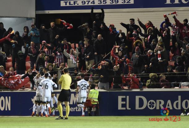 Los jugadores del Sporting celebran un gol con su afición en El Alcoraz | Imagen: LaLiga