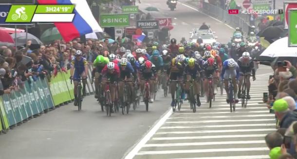 Momento en que Lampaert (izquierda) es sobrepasado en pleno sprint final | Foto: Eurosport