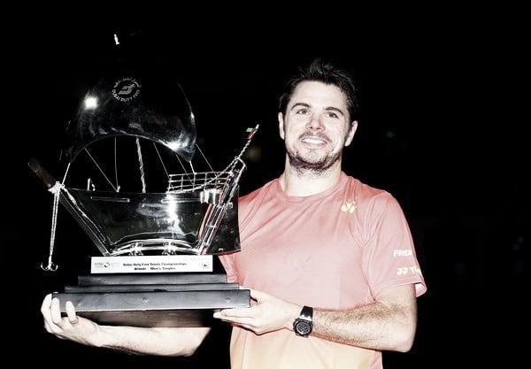 Wawrinka posa sonriente con su trofeo de campeón en Dubai. Foto: zimbio.com