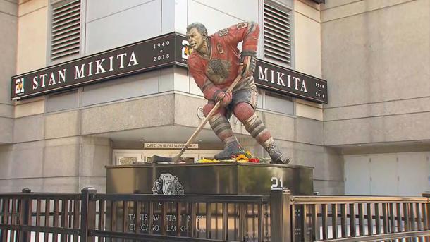 Estatua de Stan Mikita en las afueras del United Center | Foto: NBCSPORTS.com