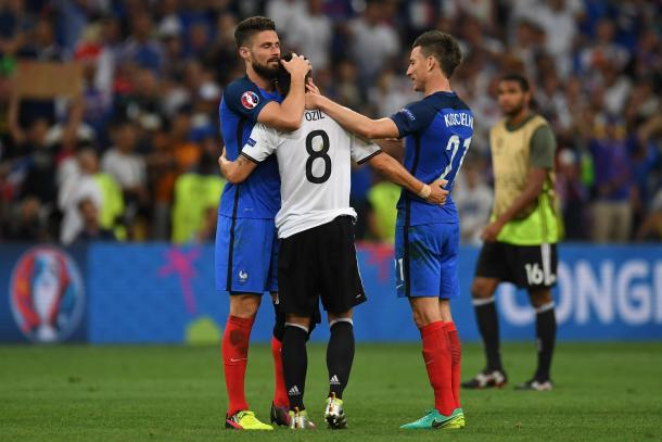 Giroud and Koscielny comfort Arsenal teammate, Mesut Ozil. | Source: standard
