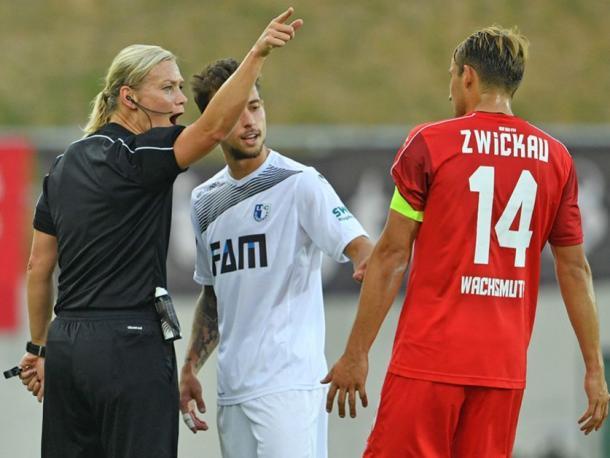 Otro caso famoso de mujer arbitrando fue el de Bibiana Steinhaus, de la Bundesliga | Fotografía: DFB.de