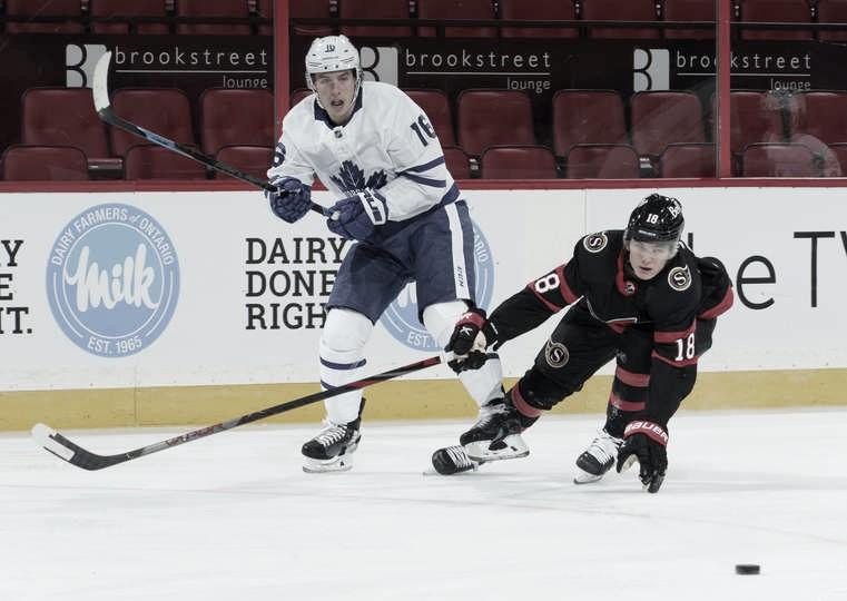 Tim Stützle (der) no teme a medirse con los mayores | Foto: NHL via Getty Images