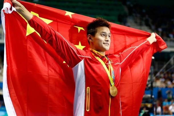 Sun Yang após conquistar a medalha de ouro nos 200m livre (Foto: Clive Rose/Getty Images)
