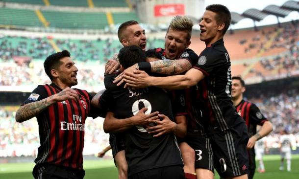 I rossoneri abbracciano Suso dopo il suo gol da punizione contro il Palermo