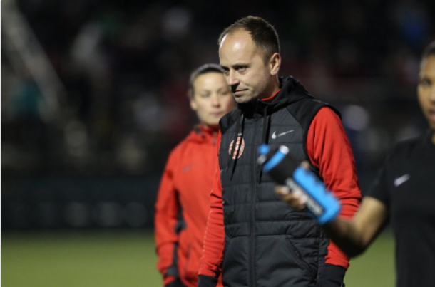 Mark Parsons surveys his team during the 2018 preseason. | Photo: @ThornsFC