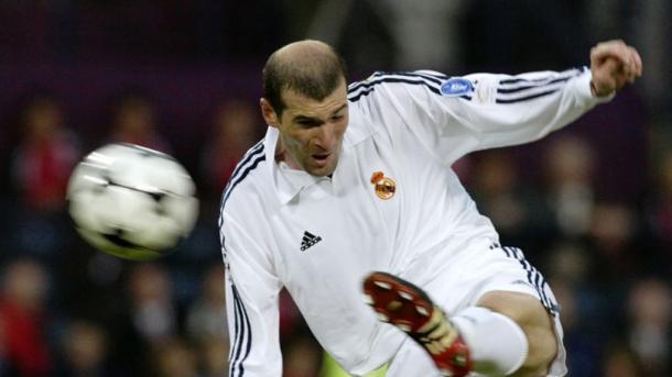 Zinedine Zidane realizando la famosa volea ante el Bayer Leverkusen   Fuente: FIFA