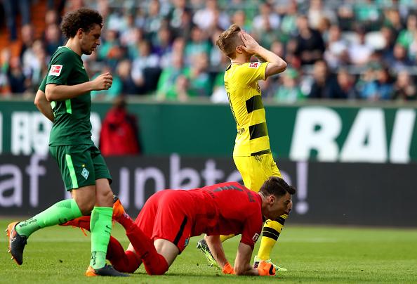Pavlenka manda para fora uma boa oportunidade dos aurinegros (Martin Rose/Bongarts/Getty Images)