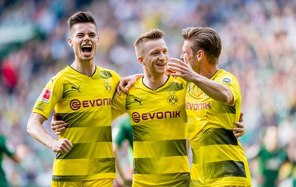 Weigl e Philipp comemoram com Marco Reus o primeiro gol da partida (Alexandre Simoes/Borussia Dortmund/Getty Images)