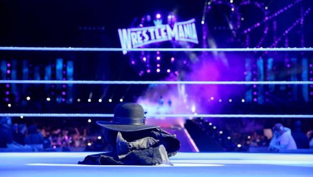 Gabardina de Undertaker tras perder en Wrestlemania 33. | Foto: WWE