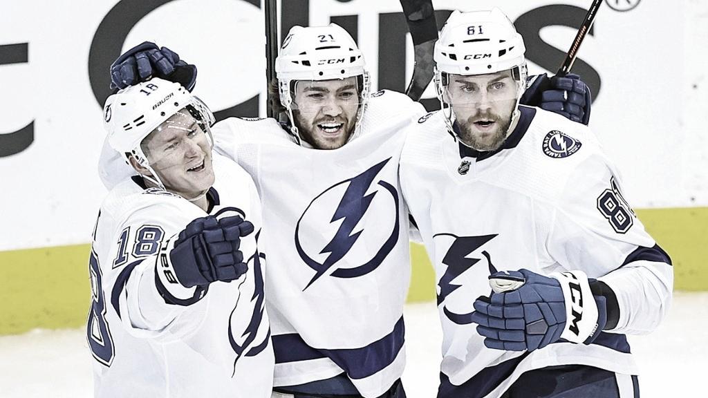 De izquierda a derecha: Palat, Point y Cernak | Foto: NHL.com