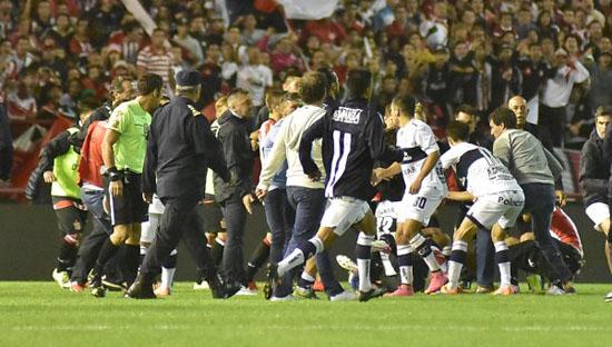 Jugadores agrediendose con golpes de puños y patadas. Imagen Web.