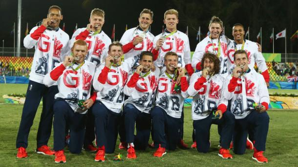 The British rugby sevens team celebrate with their silver medals. | Photo: Getty Images