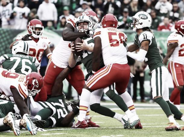 La línea defensiva apenas consigue atacar al quarterback rival en los últimos encuentros | Foto: Chiefs.com