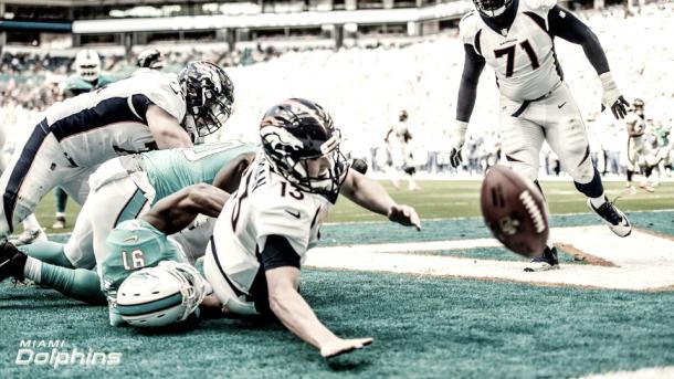 A Siemian se le escapó un snap provocando el primer safety del partido | Foto: Miami Dolphins