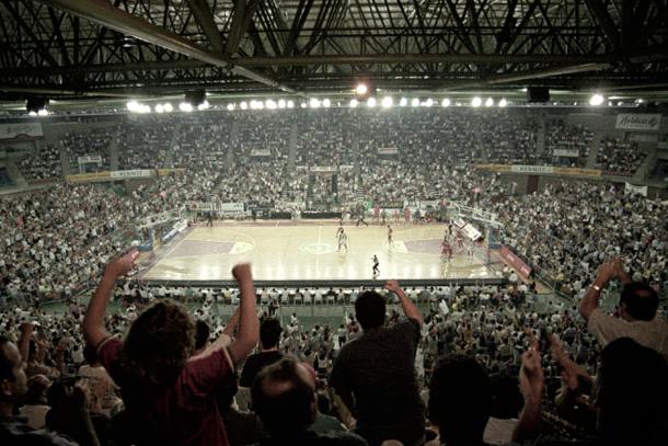 San Pablo a reventar durante un partido en la inolvidable temporada de 1998-99 (Foto sitio web Real Betís Energía Plus)