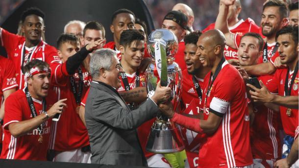 El Benfica recibiendo el trofeo de la temporada 2016/17 // Foto: slbenfica.pt