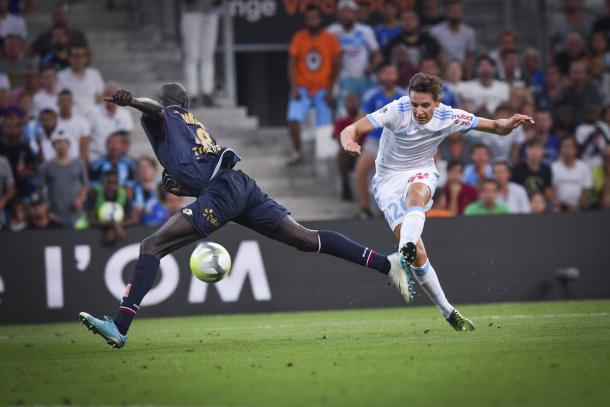 Florian Thauvin define para hacer el segundo tanto del partido. | FOTO: @OM_Officiel