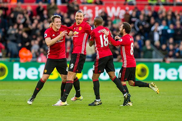 Jogadores comemoram segundo gol do United; enfim, vitória na Premier League | Foto: Athena Pictures/Getty Images