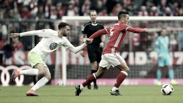 Thiago disputándole un balón a Borja Mayoral. Imagen: Bayern de Múnich.