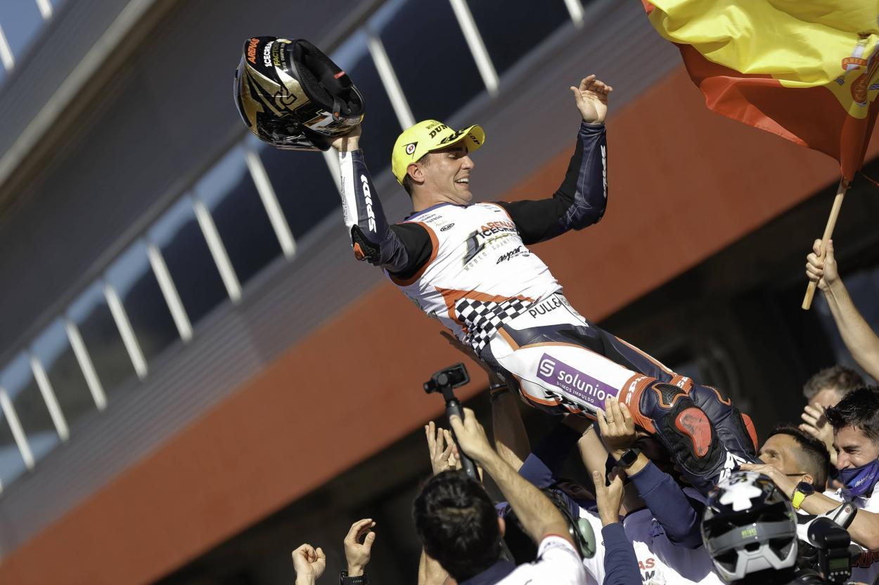 Foto en el parc fermé de Albert Arenas siendo campeón del mundo