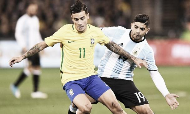 Coutinho en un amistoso frente a Argentina. |Fuente: FIFA.com