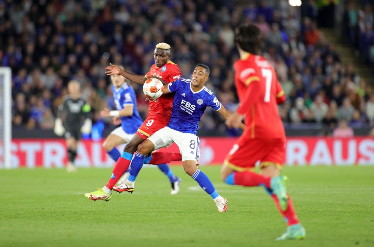 Youri Tielemans en una disputa contra un jugador del Napoli.   Foto: Leicester City