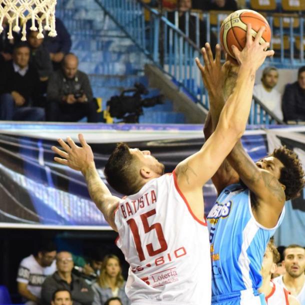 El goleador de la noche, Smith, intenta anotar ante la marca del uruguayo Batista. Fotos: Gentileza Prensa Regatas Foto: