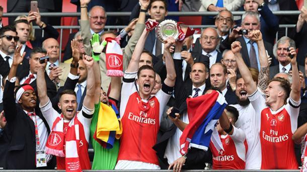 Per Mertesacker levanta la FA Cup   Fotografía: Arsenal