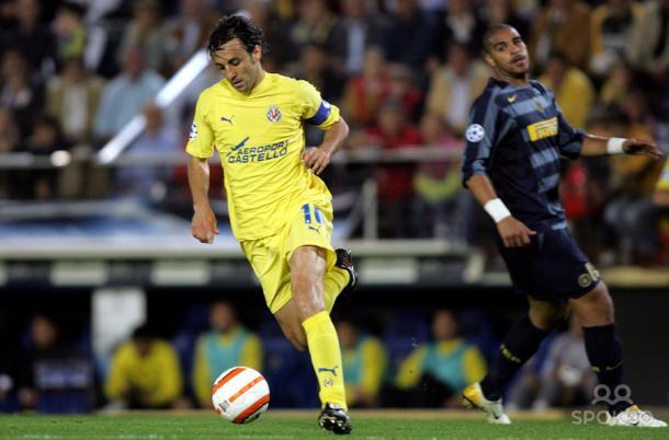 Arzo recupera un balón en detrimento de Adriano. Vía: Spokeo