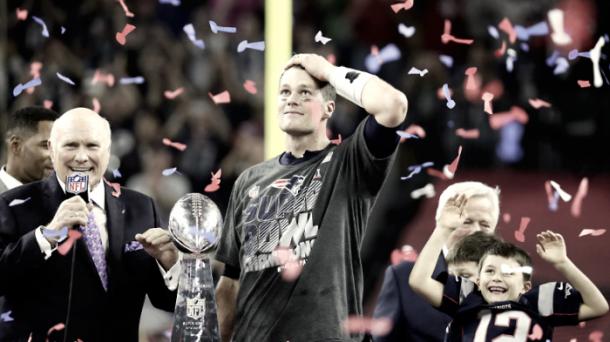 Tom Brady con el trofeo Vince Lombardi / Foto: NFL.com