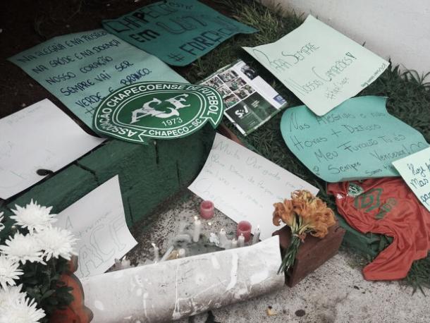 Torcida presta homenagens na casa da Chape (Foto: Luis Lopes/Divulgação)