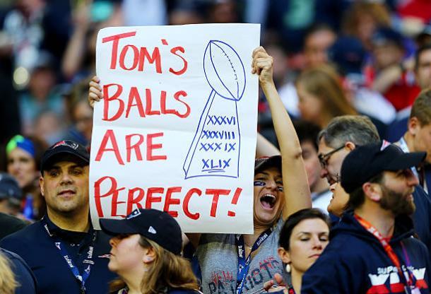Torcida dos Patriots respondeu de forma bem humorada ao deflategate (Foto: Elsa/Getty Images)