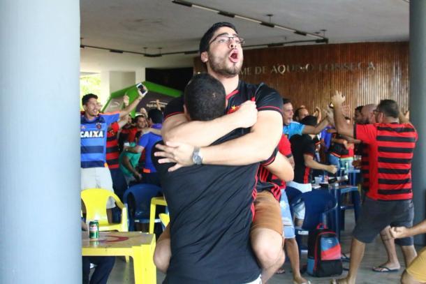 Torcida do Sport, em Recife, comemora a vitória parcial do time na sede do clube.