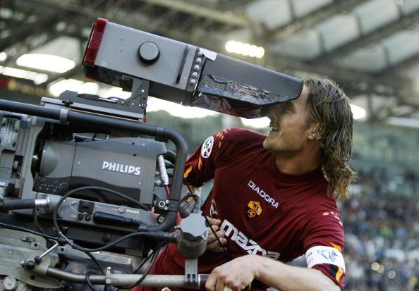 Da selfie com a torcida, quase todos lembram. Mas Totti já tinha relação íntima com câmeras há tempos (Foto: Paolo Cocco / AFP)