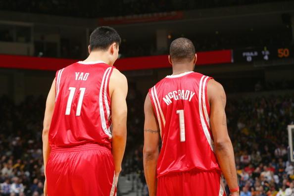 Ming y T-Mac durante un partido (FUENTE: sportskeeda.com)