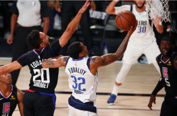 Trey Burke anota una bandeja ante Landry Shamet | Foto: Getty Images
