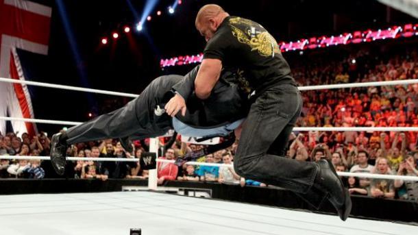 Triple H aplicando un Pedigree a Paul Heyman (WWE.com)